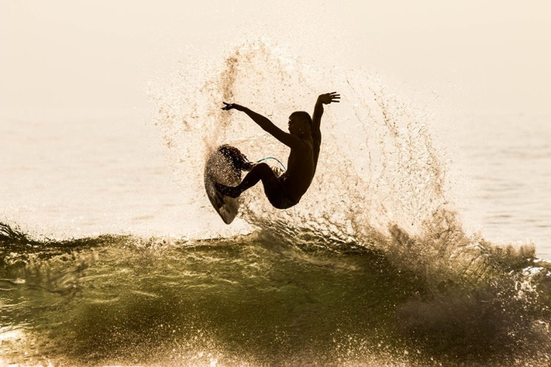 Ziran Crew Justin Lin takes a nice floater in some early morning surf in Taiwan. 自然成員Justin Lin 做一個漂浮目前衝浪早上在臺灣。