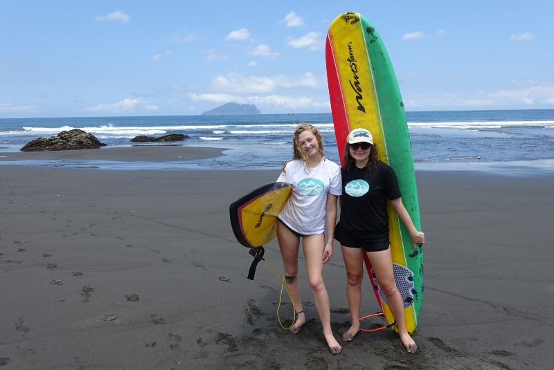 Mariah and Mirram enjoying some surf in Waiao. Mariah 和 Mirram 享受衝浪在外奧。
