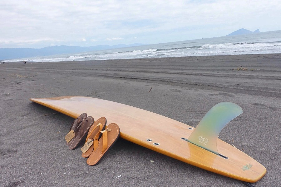 Ziran Crew enjoying some mellow waves and fall longboarding. Our handmade sandals are great fit for any day.   自然成員享受小浪和秋天長板。我們的手工拖鞋適合每天活動。