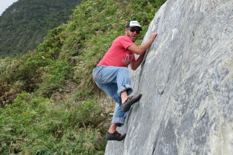 Ziran's Crew Mike Kramer having fun bouldering in Taiwan. 自然成員Mike 有好玩時間外面抱石在台灣。