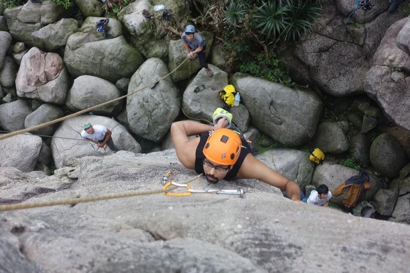 Prab eyeing his next move on Nowhere Man 5.11 in Long Dong Taiwan.懶惰熊貓 只顧下一個移動在Nowhere Man運動攀登龍洞臺灣。