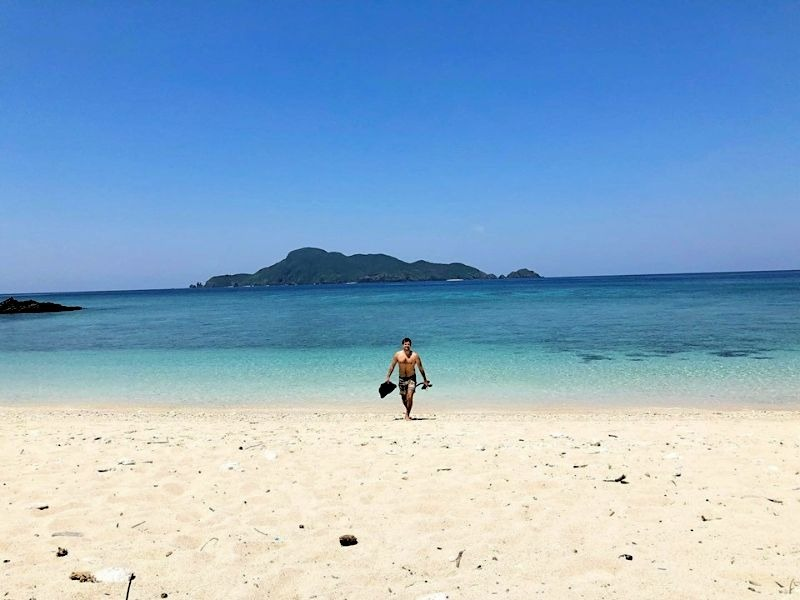 Ziran crew Tars Geerts enjoying some sunshine and sand with our Ziran Sandals on Japanese remote island. 自然成員Tars 享受太陽和沙子穿的自然拖鞋在日本小島。